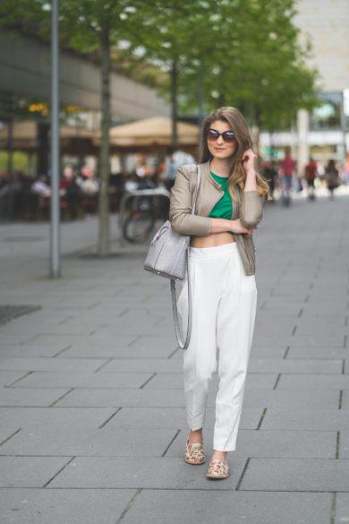 bílé kalhoty outfit
